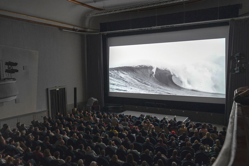 Cine Mar Surf Movie Night im Sommer draußen!