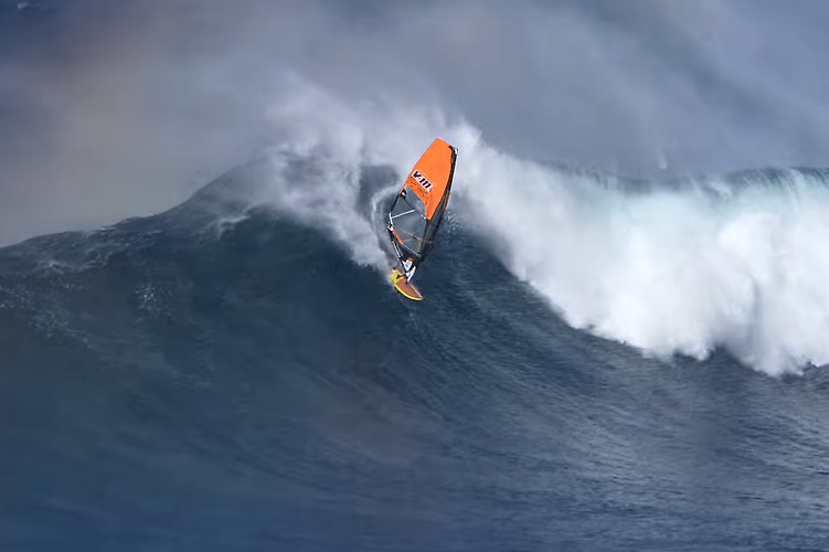 Windsurfing at Jaws - Ricardo Campello