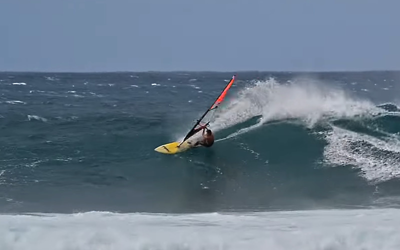 Windsurfing with a 90's board - Ricardo Campello